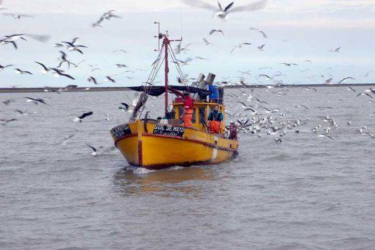 En Bahía Blanca, pescadores y la actividad industrial contaminante se las arreglan para convivir.