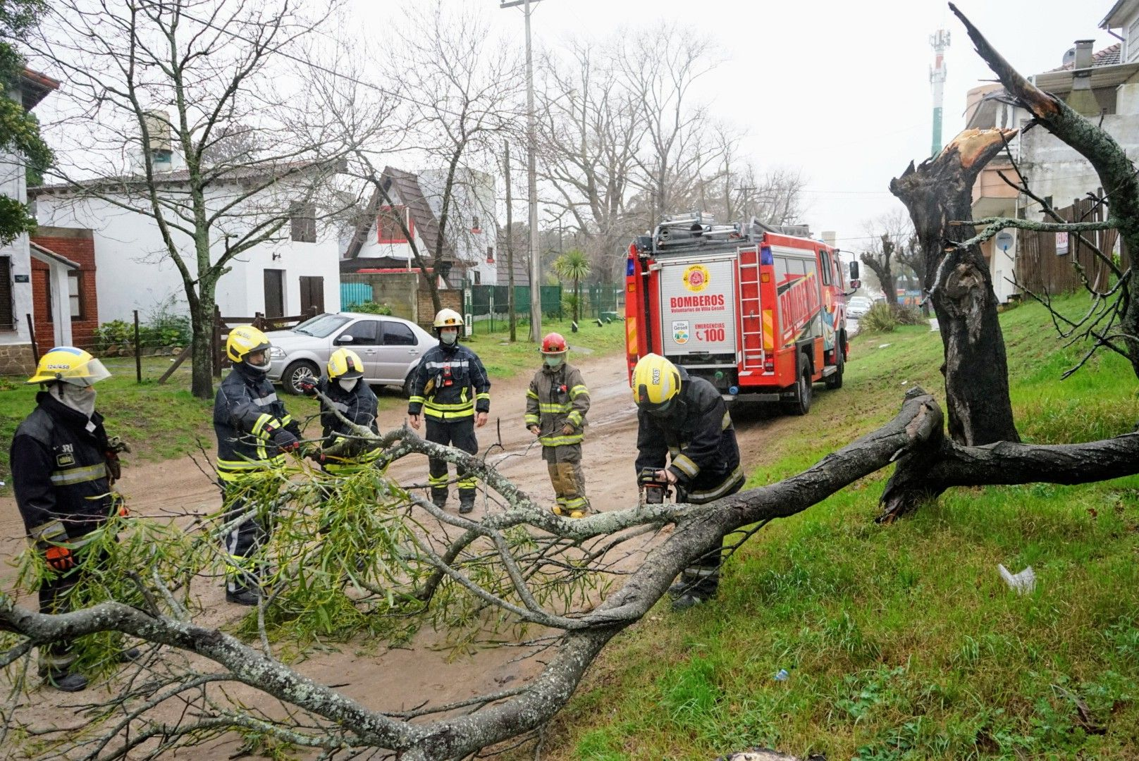 Defensa Civil trabaja para reparar los daños en Villa Gesell