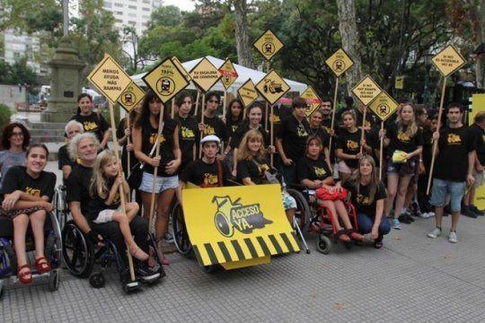 ?ponete en mi lugar?: recorreran la ciudad en sillas de ruedas para reclamar calles accesibles