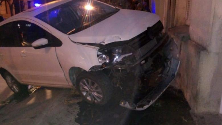 Un flamante refuerzo de la B Nacional estrelló su auto contra la pared de una casa