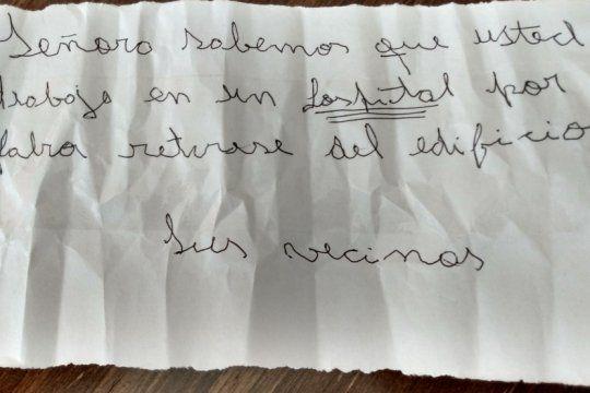 La enfermera bahiense se encontró con el cartel al llegar a su edificio