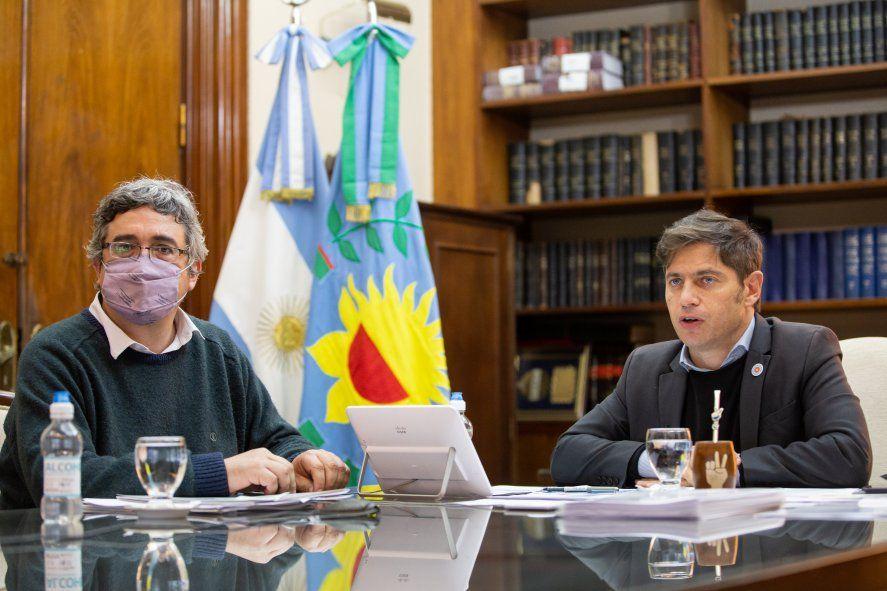 Caminos rurales: El ministro Javier Rodríguez y Axel Kicillof en la firma del convenio con 25 municipios.
