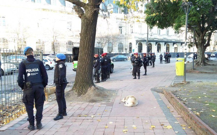 Tensión en La Plata: gran operativo para desalojar manteros, quienes llamaron a resistir