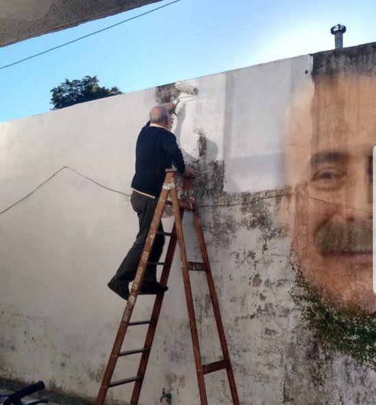 Una de las respuestas al tweet de Malena Guinzburg, incluye este montaje sobre la imagen de Jorge Guinzburg en la pared, y a color, para facilitar a los que no distingan fácilmente, poder observar donde están las manchas que parecen formar el rostro del recordado cómico, periodista y animador