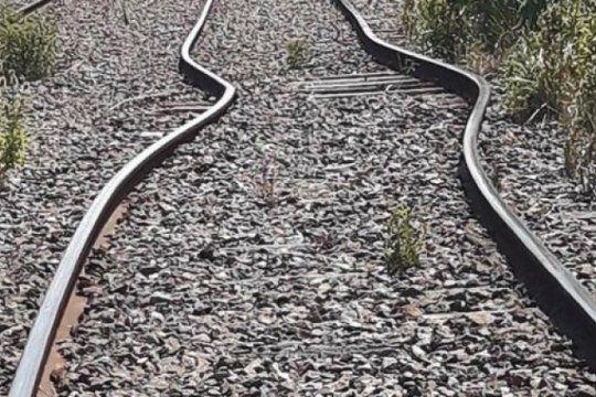 el agobiante calor hizo que las vias del tren sarmiento se doblaran y hubo que evacuar pasajeros