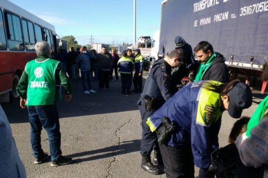 un mega operativo cerco a trabajadores de atucha que protestan contra la cancelacion de una central
