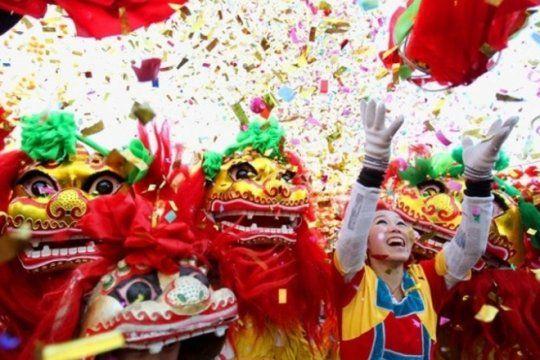 se celebra el ano nuevo chino en plaza islas malvinas con espectaculos y comidas tradicionales