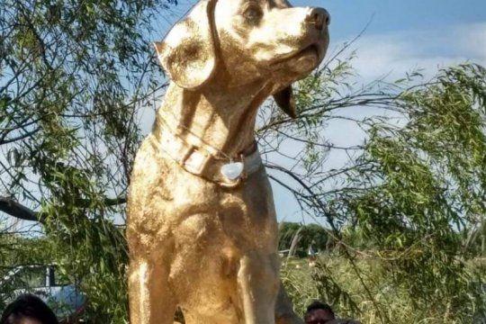 conmovedor homenaje a rubio: el perro asesinado en mar del tuyu ya tiene su monumento