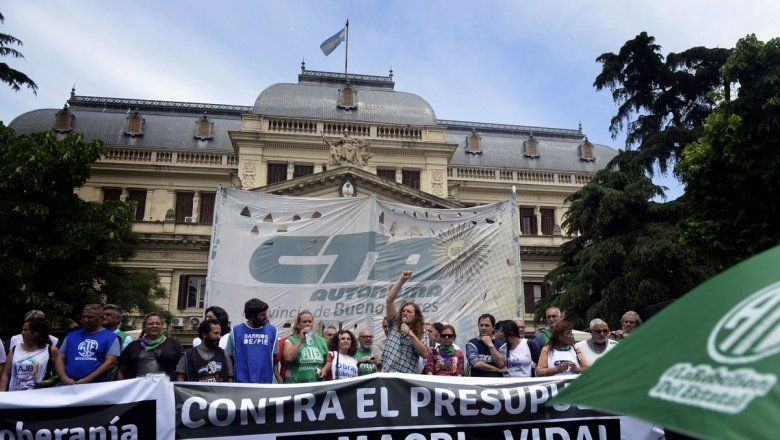 Gremios instalaron una carpa frente a la Legislatura para rechazar el Presupuesto bonaerense