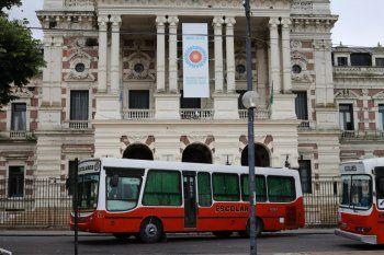 Transportistas escolares protestan en La Plata desde el jueves por la noche.