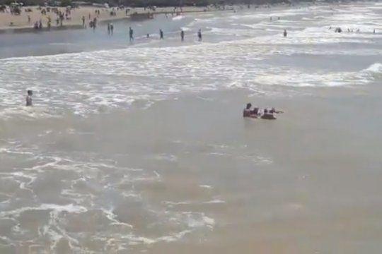 video: asi rescataron a tres personas que se ahogaban en el mar de santa teresita