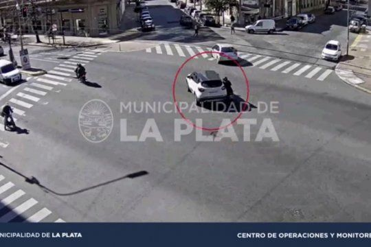 video: una motociclista intento doblar, choco a un automovil y termino hospitalizada