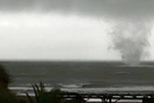 video: una impactante tromba marina sorprendio al partido de la costa
