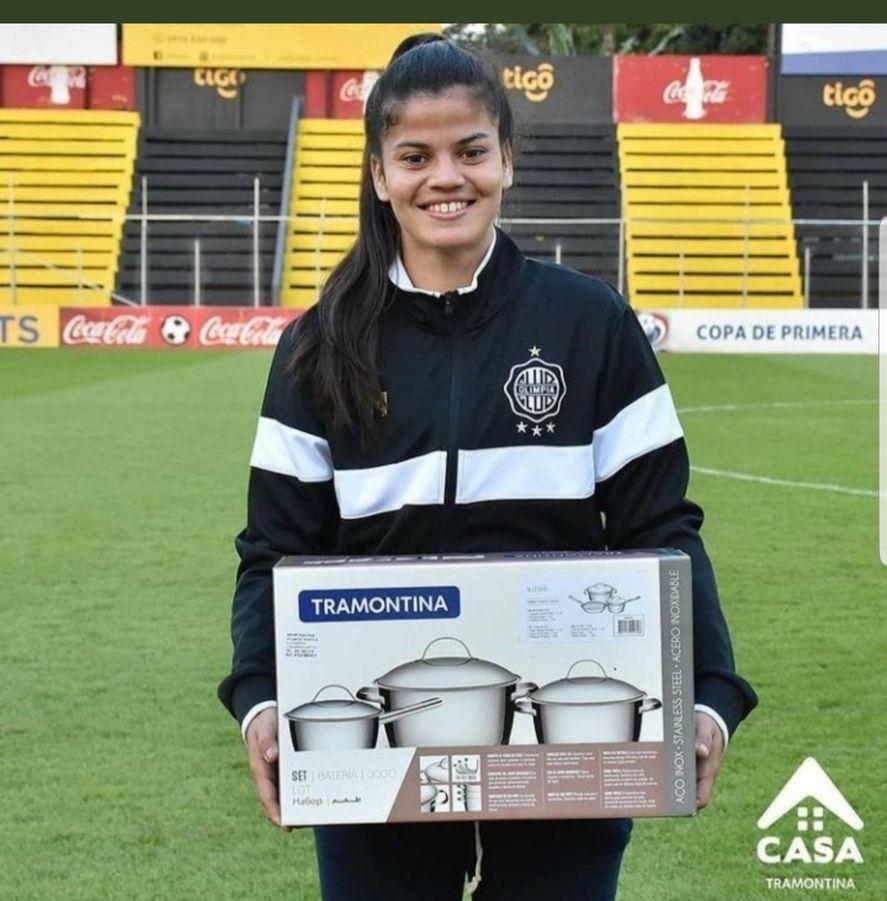 Daiana Bogarín es una futbolista de Olimpia de Paraguay que recibió un juego de ollas como premio