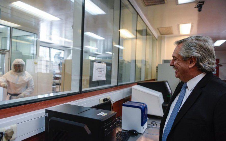 Alberto Fernández visitó el Malbrán y felicitó a los profesionales: están haciendo historia