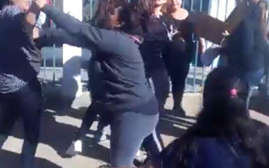 Mirá el video: batalla campal de mujeres frente a un Jardín de infantes en Esteban Echeverría