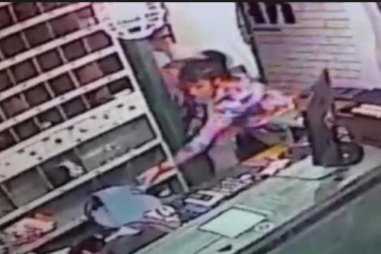 una ex policia con arresto domiciliario le puso la tobillera a su caniche y salio a robar