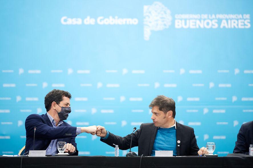 Eduardo Wado De Pedro junto a Axel Kicillof