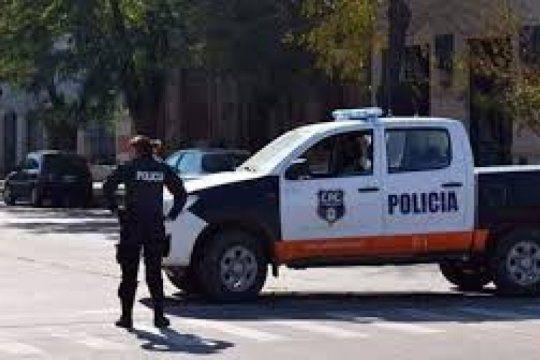 hallan a un remisero asesinado de una punalada junto a su auto e investigan si le robaron