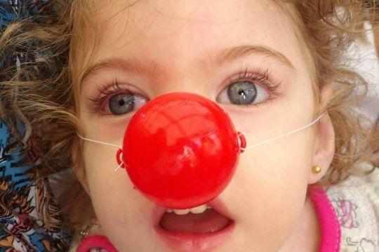 tiene 4 anos, padece una grave enfermedad y necesita ayuda para su tratamiento