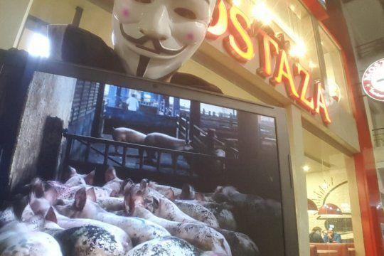 liberacion animal: con carteles y mascaras, activistas veganos muestran que hay detras de la produccion de hamburguesas