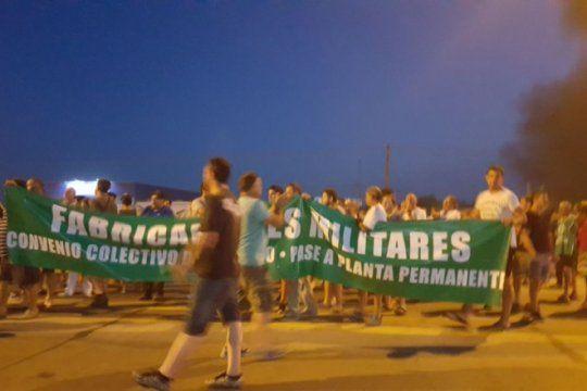 trabajadores de fabricaciones militares no se rinden: convocan a marchar y acampar en azul