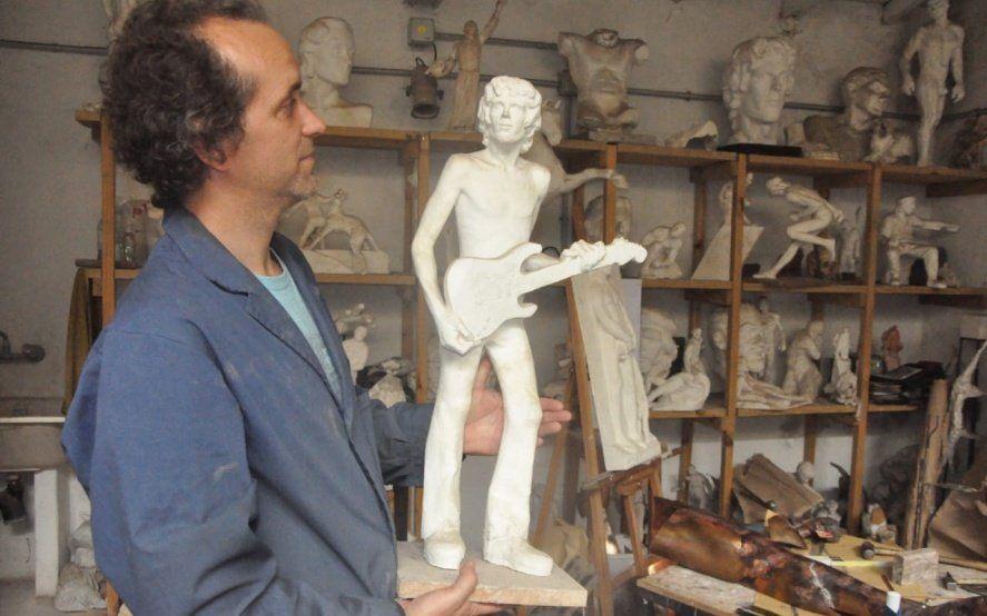 """Los secretos del """"escultor público"""" de Gesell: inmortalizó al Che, a Spinetta y a Tita Merello"""