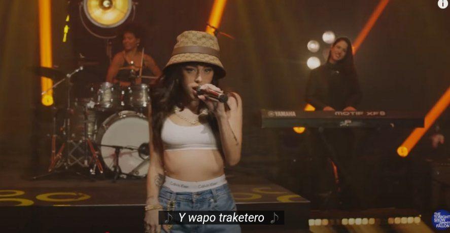 """Nicki Nicole cantando """"Wapo traketero"""", su maypor éxito en """"The Tonight Show"""", el exitoso ciclo norteamericano de Jimmy Fallon"""