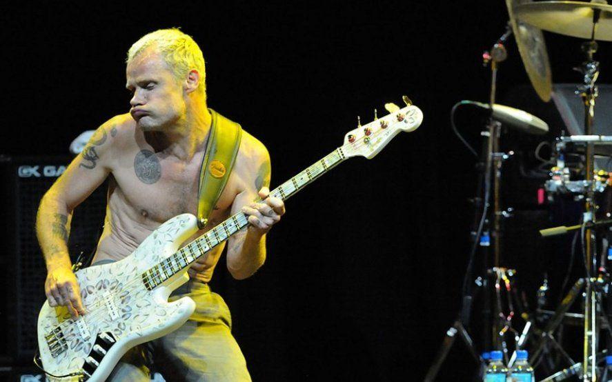 """En un recital de """"Red hot Chili Peppers"""" se cortó la luz y Flea entretuvo a la multitud"""