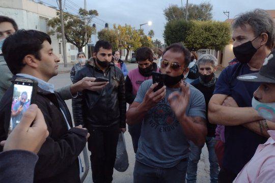 Protesta de vecinos frente a la casa del intendente Pisano