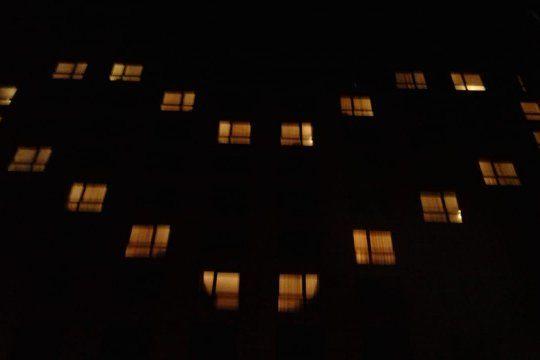 Los trabajadores formaron un corazón a través de luces de las habitaciones