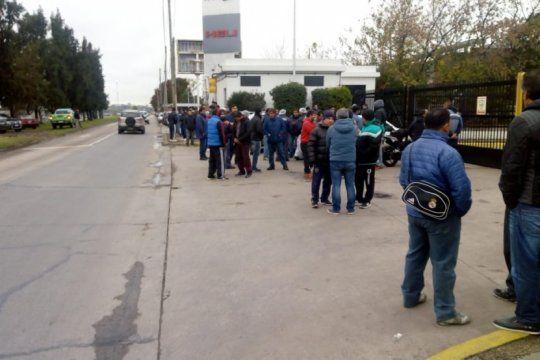 casi 250 trabajadores despedidos toman la planta de la alimenticia alijor