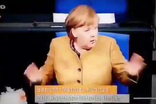 El instante de sobresalto de la Canciller Ángela Merkel al percatarse de que no lleva puesto el barbijo