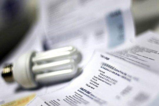 El informe dice que se bajó a la mitad el salario que se destina para pagar la luz y gas