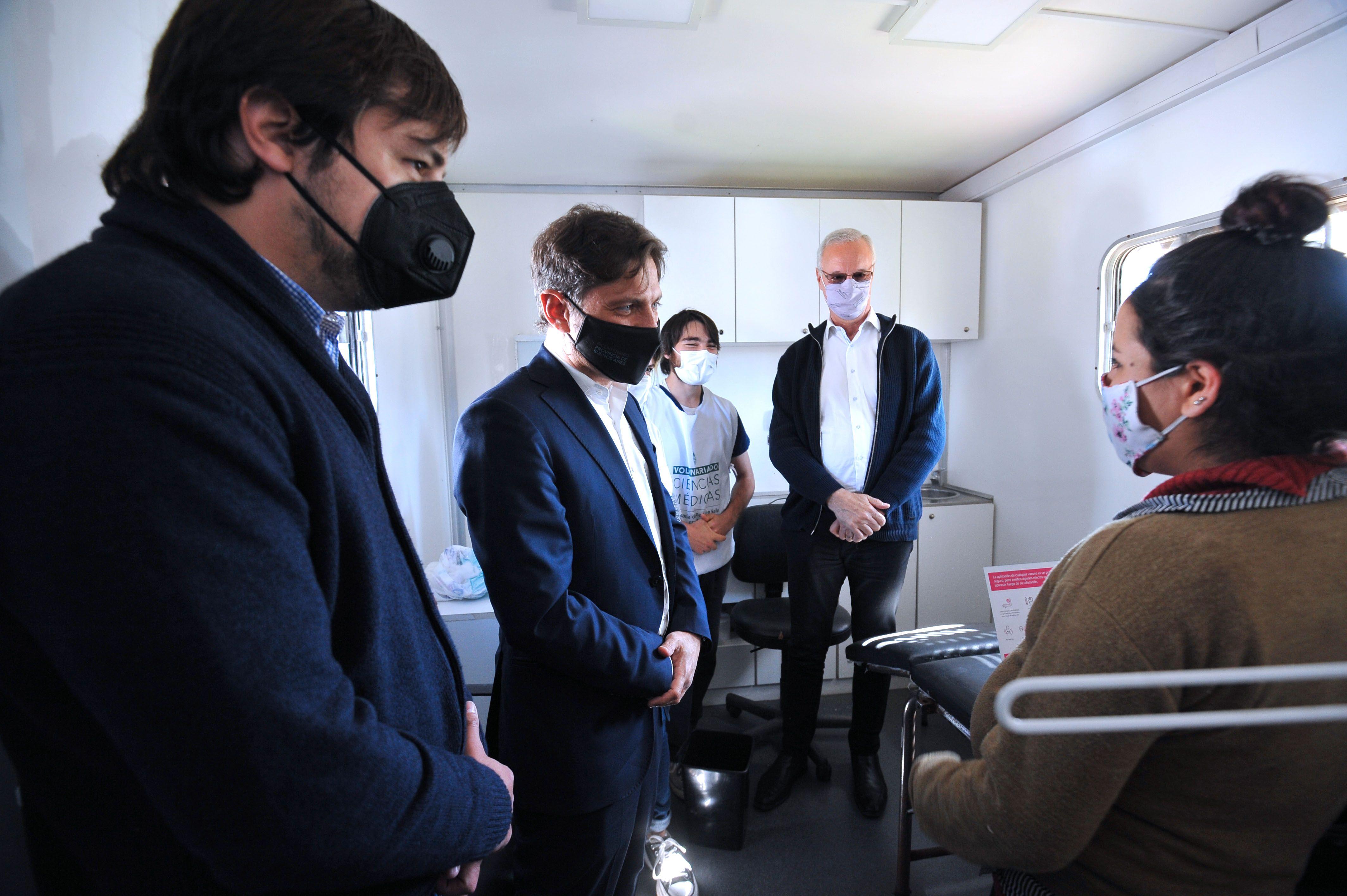 Axel Kicillof, Nicolás Kreplak y Daniel Gollan en el operativo de vacunación casa por casa
