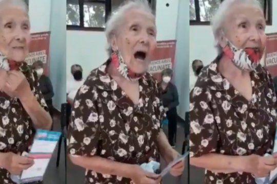 tiene 92 anos, recibio la vacuna y les agradecio a las enfermeras con un tango