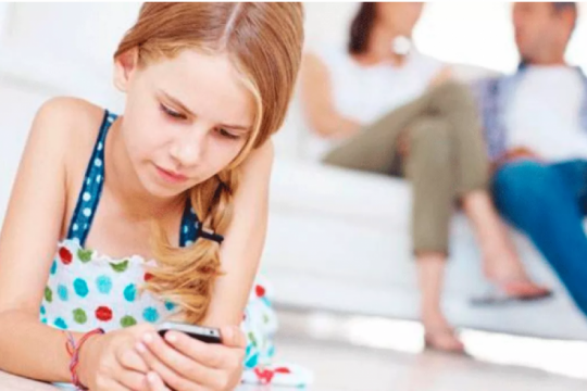 de muy chicos, con lo bueno y lo malo: en argentina, a los 9 anos los ninos ya tienen su propio celular