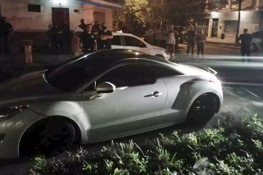 Dos delincuentes atacaron y mataron a un joven para robarle el auto