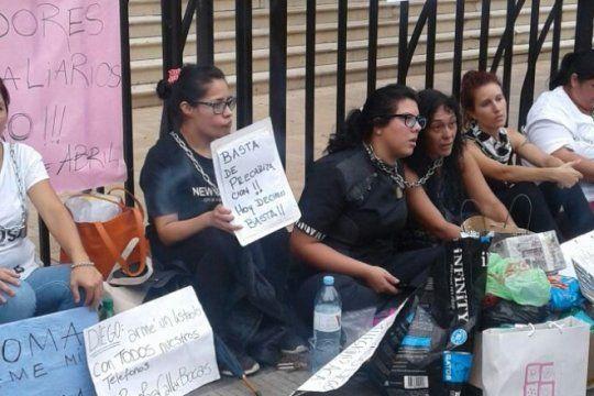 se encadenaron en gobernacion, no las escucharon y encima un auto atropello a una mujer en la protesta