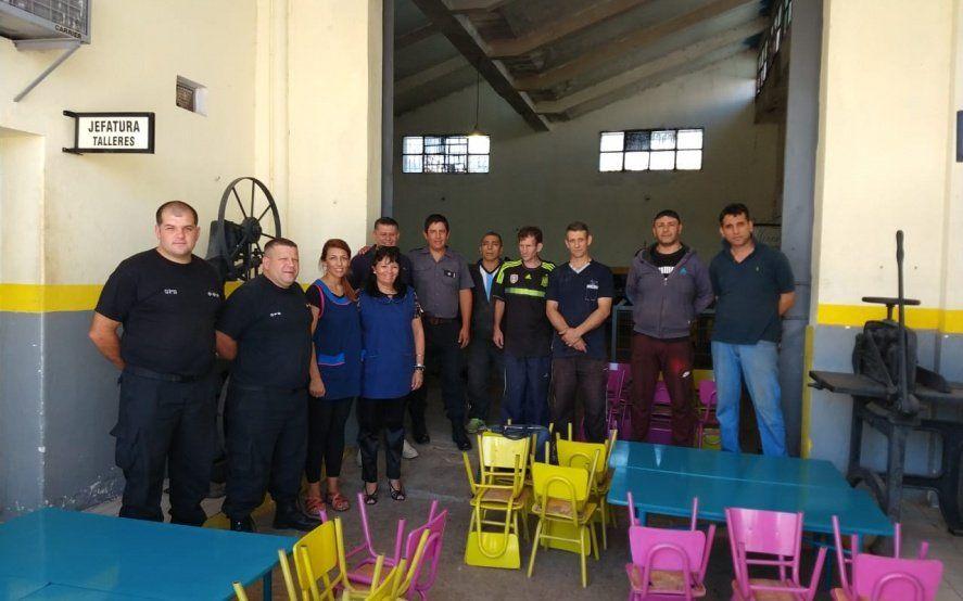 Presos de una cárcel platense restauraron mesas y sillas para donar a una escuela de Berisso