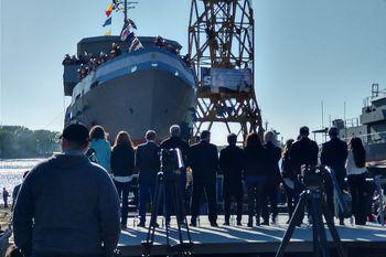Axel Kicillof y quienes lo acompañaron miran la botadura de la embarcación ARA Ciudad de Ensenada