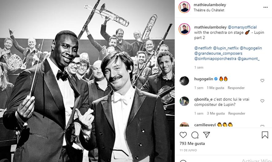 Mathieu Lamboley junto a Omar Sy y la orquesta que grabó la música de la serie Lupin, para Netflix