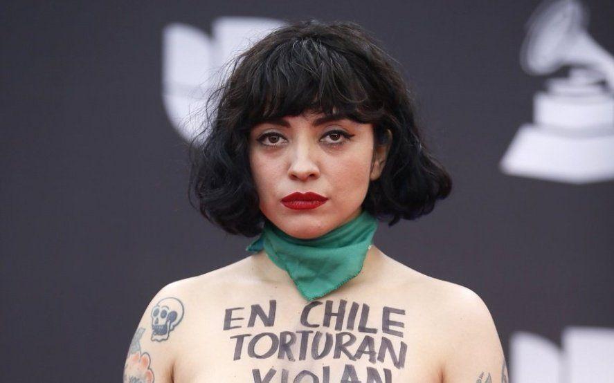 """""""En Chile torturan, violan y matan"""": Mon Laferte protestó en topless durante los Latin Grammy"""