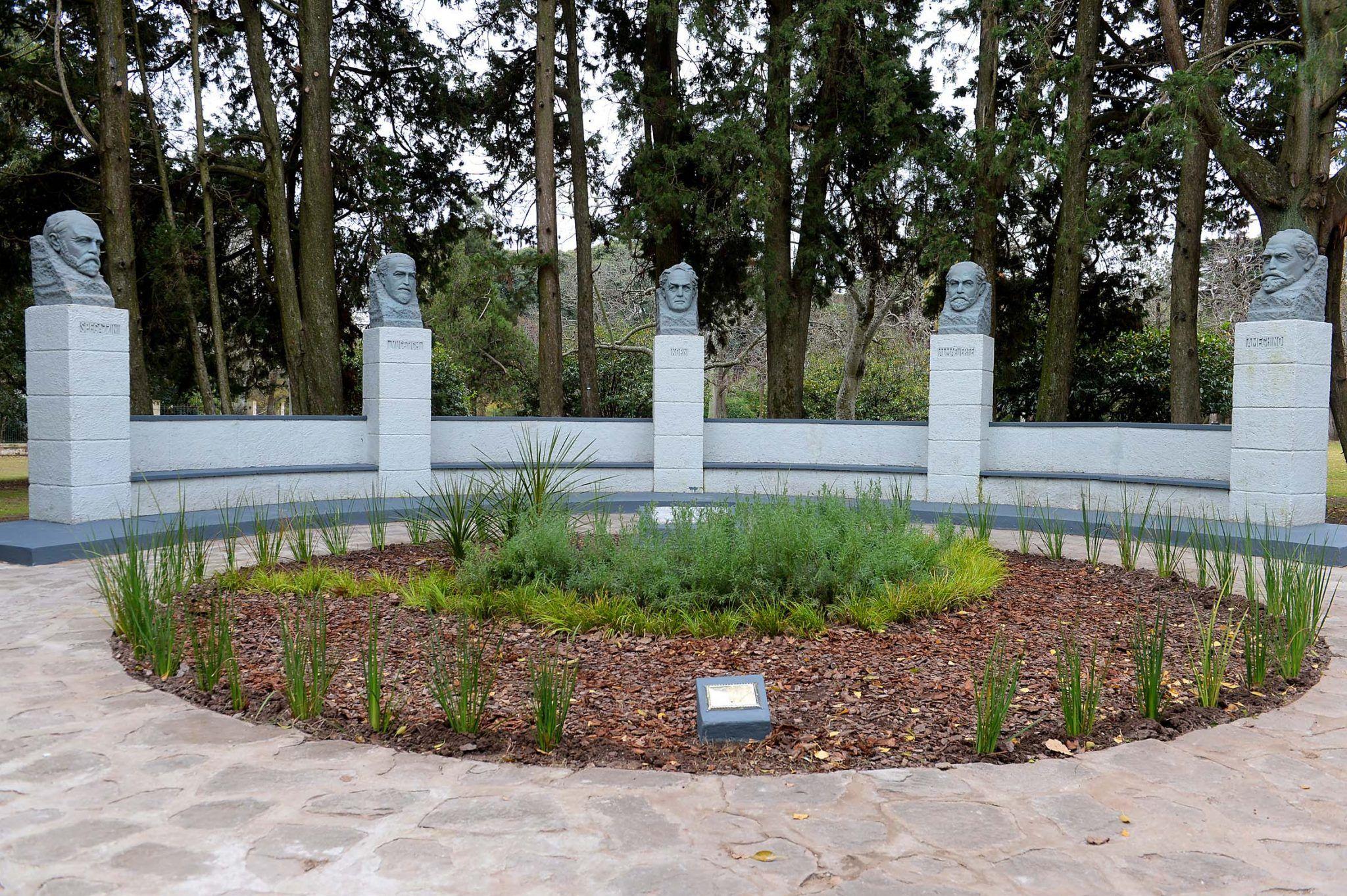 Monumento a los cinco sabios de la ciudad de La Plata