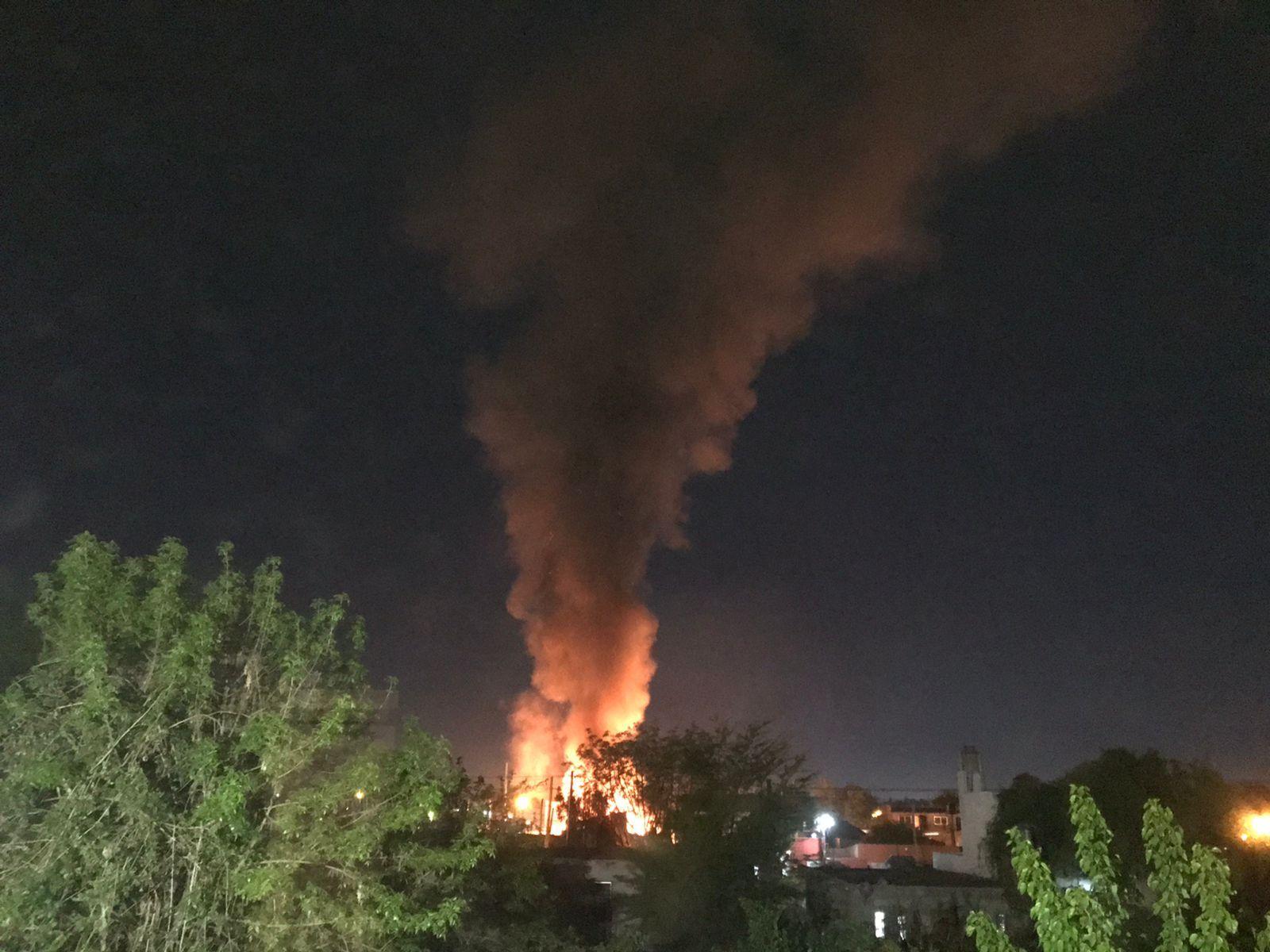 El fuego afectó cuatro viviendas del barrio Savoia (Foto: @estebanrafele)