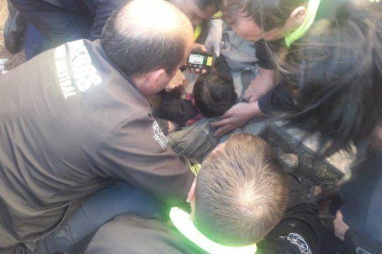 caricias, canciones y pepa pig: los bomberos que rescataron al bebe revelaron como hicieron para calmarlo