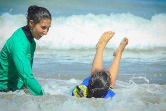 serf sin limites, la terapia ocupacional que lleva a los chicos a disfrutar del mar y el deporte