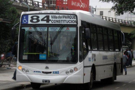 ciudadela: balearon a un chofer de colectivo y hay paro en la linea 84