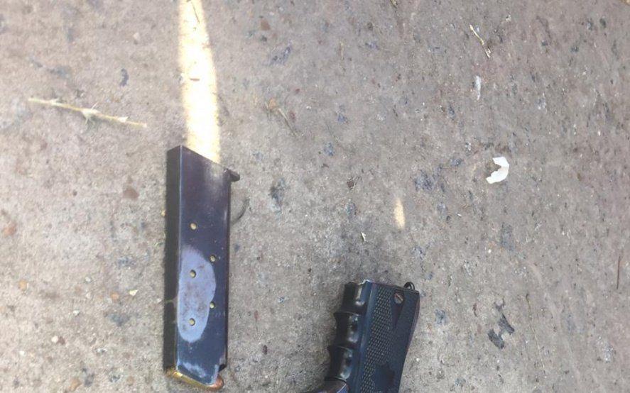 Iban en un auto con armas y precintos en La Plata y los detuvieron en un operativo policial