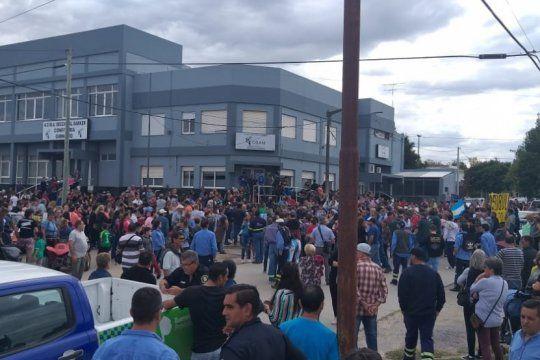 historico: una multitud se reunio para apoyar a los trabajadores despedidos de loma negra